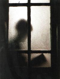 """""""A hurtadillas"""", fotografía de Isabel María Martínez Portilla (Accésit del III Certamen Fotográfico """"El placer de leer"""", Biblioteca Pública Municipal, Ayuntamiento de Salamanca, España, 1996)"""